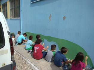 Φωτογραφία για «Τα παιδιά ζωγραφίζουν στον τοίχο…» του Δημητρούκειου Δημοτικού σχολείου στο Βασιλόπουλο-Καραϊσκάκη