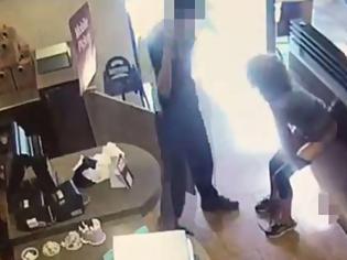 Φωτογραφία για Δεν την άφησαν να πάει τουαλέτα αφόδευσε στο κέντρο του εστιατορίου και τους τα πέταξε