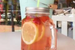 Σπιτικό παγωμένο τσάι με γιασεμί, φράουλα και λεμόνι