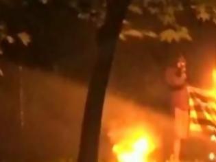 Φωτογραφία για Πρόκληση από αναρχικούς: Εκαψαν ελληνική σημαία κατά τη διάρκεια των επεισοδίων στα Εξάρχεια [photo]