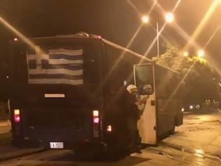 Φωτογραφία για Θεσσαλονίκη: Αντιεξουσιαστές επιτέθηκαν με 30 μολότοφ σε κλούβα των ΜΑΤ έξω απ το στο Τουρκικό Προξενείο [Eικόνες]
