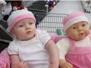 Φωτογραφία για 20 αστείες φωτογραφίες μωρών που μοιάζουν απίστευτα με της κούκλες τους... [photos]