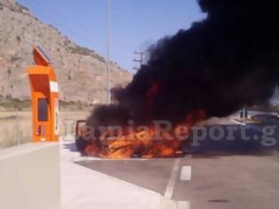 Φωτογραφία για Φθιώτιδα: Κάηκε ολοσχερώς αυτοκίνητο στο οποίο επέβαινε ζευγάρι με μωρό