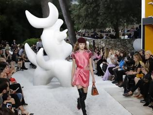 Φωτογραφία για O οίκος Louis Vuitton προσέλαβε... σαμάνο για να μην βρέξει σε επίδειξη μόδας