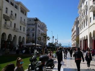 Φωτογραφία για Παρκαρίσματα θανάτου στη Θεσσαλονίκη: Έβγαλε κάδο για να βάλει το αγροτικό