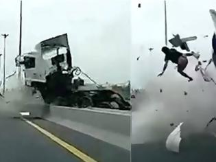 Φωτογραφία για Σύγκρουση - ΣΟΚ σε Εθνική Οδό - Η Εκτίναξη του οδηγού από τη θέση τους θα σας τρομάξει [photos+video]
