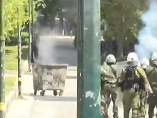 Φωτογραφία για Επίθεση χούλιγκαν στη διμοιρία έξω από το Πολυτεχνείο - Τραυματίστηκαν αστυνομικοί