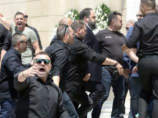 Φωτογραφία για Επεισοδιακή άφιξη Μαρινάκη στη κηδεία Γιαννακόπουλου - Αποδοκιμασίες και μπουκάλια κατά του προέδρου του Ολυμπιακού (ΒΙΝΤΕΟ)