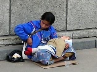 Φωτογραφία για Έχετε αναρωτηθεί ποτέ γιατί τα παιδιά που κρατούν οι ζητιάνες κοιμούνται συνεχώς;