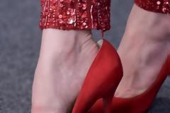 Γιατί οι σταρ φοράνε πάντα τακούνια ένα νούμερο μεγαλύτερο;