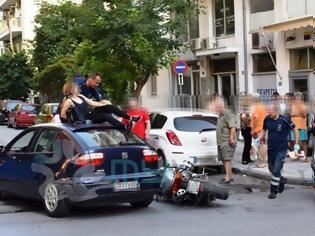 Φωτογραφία για Σοκαριστικό τροχαίο: Γυναίκα κατέληξε στην... οροφή αυτοκινήτου μετά από σύγκρουση [photos]