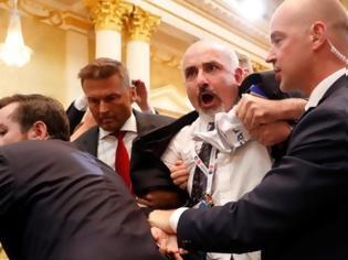 Φωτογραφία για Τραμπ – Πούτιν: Διαδηλωτής «τρύπωσε» στη συνέντευξη Τύπου και τον... [video]