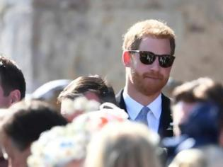 Φωτογραφία για Ρεζίλι: Ο πρίγκιπας Χάρι πήγε στον γάμο του κολλητού του με... τρύπια παπούτσια