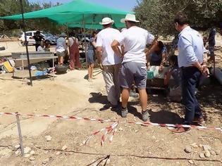 Φωτογραφία για Απίστευτο! Βούλιαξε το έδαφος στην Κρήτη και βρήκαν Μινωικό τάφο – Συγκλονιστικές εικόνες