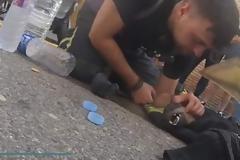 Συγκλονιστικό βίντεο: Πυροσβέστης βγάζει αναίσθητο σκύλο από φλεγόμενο κτίριο και το επαναφέρει