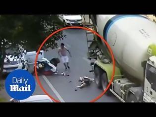 Φωτογραφία για Βίντεο σοκ: Μπετονιέρα πατάει στο κεφάλι πεσμένη γυναίκα και δεν σώζεται από θαύμα, αλλά...