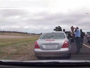 Φωτογραφία για Αξίζει βραβείο: O αστυνομικός που ακόμα κι όταν τον πυροβολούν συνεχίζει να κόβει την κλήση... [video]