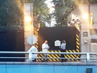 Φωτογραφία για Άγνωστος που επέβαινε σε αυτοκίνητο άνοιξε πυρ έξω από την πρεσβεία των Ηνωμένων Πολιτειών στην Άγκυρα, στην Τουρκία.
