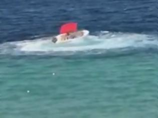 Φωτογραφία για Χαλκιδική: Η στιγμή που ακυβέρνητο σκάφος προκαλεί πανικό σε παραλία