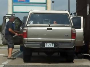 Φωτογραφία για Υπάρχουν πολλοί εναλλακτικοί τρόποι να βάλεις βενζίνη [video]