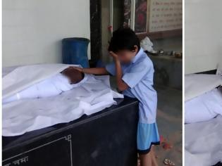 Φωτογραφία για Η φωτογραφία που ράγισε καρδιές: 11χρονος κλαίει δίπλα στον νεκρό πατέρα του που σκοτώθηκε στη δουλειά του [photo]