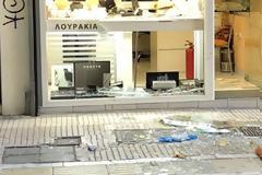 Βίντεο ΣΟΚ-Νεκρός ο ληστής κοσμηματοπωλείου του κέντρου της Αθήνας που επιχείρησε να διαφύγει σπάζοντας τη τζαμαρία.