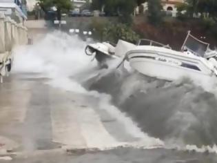 Φωτογραφία για Επίδαυρος:Τα κύματα πετάνε στη στεριά τα σκάφη!