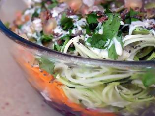 Φωτογραφία για Σαλάτα με σπαγγέτι λαχανικών και σάλτσα ταχίνι
