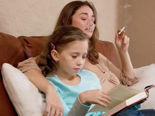 Φωτογραφία για Oι κίνδυνοι για τα παιδιά από ενήλικες που καπνίζουν