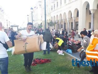 Φωτογραφία για Οι μετανάστες καθάρισαν πριν φύγουν την πλατεία Αριστοτέλους όπου είχαν κατασκηνώσει