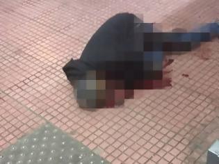 Φωτογραφία για Άγρια σφαγή στην πλατεία Βάθη: Έκοψαν τον λαιμό αλλοδαπού μπροστά στους περαστικούς