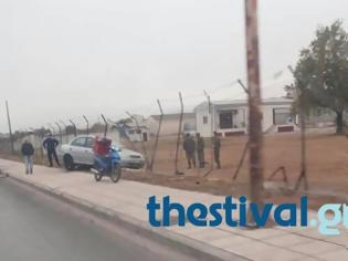 Φωτογραφία για ΠΡΙΝ ΛΙΓΟ: ΙΧ κατέληξε σε φράκτη στρατοπέδου στη δυτική Θεσσαλονίκη (ΦΩΤΟ)