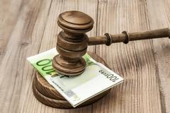 Αγωγή 100.000 ευρώ κατά του Δημοσίου από επιχειρηματία επειδή τον «έστησε» η εφορία