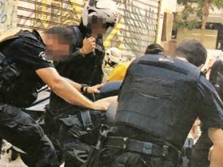Φωτογραφία για «Ληστής με μαχαίρι» ο Ζακ στο κατηγορητήριο εναντίον των αστυνομικών