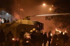 Συγκλονιστικό βίντεο: Με «βροχή» από μολότοφ πήγαν να κάψουν την «αύρα» της Αστυνομίας!