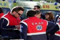 Τρώνε ξύλο οι εργαζόμενοι στα νοσοκομεία αλλά και οι διασώστες του ΕΚΑΒ