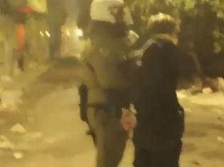 Φωτογραφία για Βίντεο: Αστυνομικός χτυπά με την ασπίδα συλληφθέντα