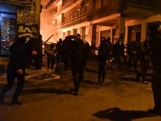 Φωτογραφία για Αστυνομικοί για τα επεισόδια: «Όταν τους βγάζαμε τις κουκούλες βλέπαμε παιδάκια»