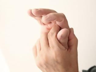 Φωτογραφία για Ξυπνάς με μουδιασμένα δάχτυλα; Τι μπορεί αυτό να σημαίνει;