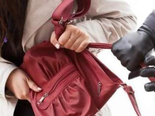 Φωτογραφία για Χτύπησαν» τσαντάκηδες στο Αγρίνιο: Αφαίρεσαν βιαίως την τσάντα 60χρονης και την τραυμάτισαν