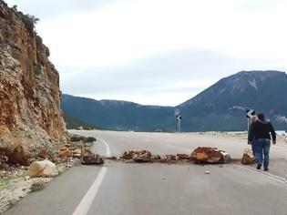 Φωτογραφία για Πτώση βράχων στον δρόμο από ΜΥΤΙΚΑ προς ΠΑΛΑΙΡΟ | ΦΩΤΟ