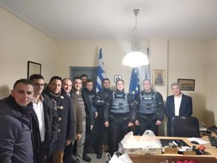 Φωτογραφία για Ευχές και δώρα στους αστυνομικούς από την ΙΡΑ Τρικάλων