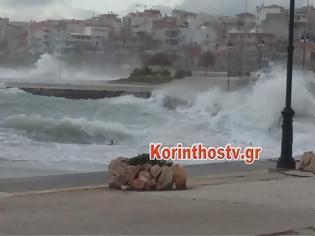 Φωτογραφία για Κόρινθος: Τα κύματα σκέπασαν σκάφη στο λιμάνι