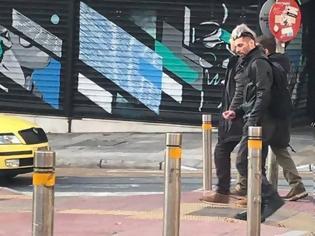 Φωτογραφία για Φωτογραφία: Ο Κουφοντίνας κάνει βόλτα στο κέντρο της Αθήνας