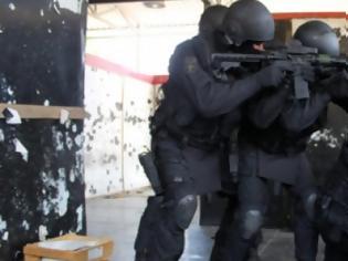 Φωτογραφία για Τρεις φορές... πυροβόλησε τους αστυνομικούς ο 60χρονος στον Άγιο Δημήτριο - Πώς τον ακινητοποίησε η ΕΚΑΜ