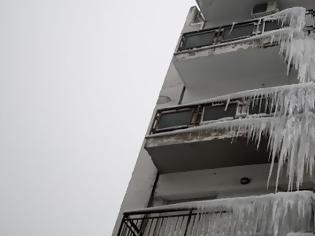 Φωτογραφία για Μαγική εικόνα στη Θεσσαλονίκη, λόγω κακοκαιρίας: Πολυκατοικία απέκτησε... σταλακτίτες -Σαν γλυπτό [εικόνες]
