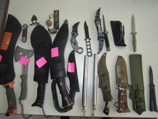 Φωτογραφία για Αλεξανδρούπολη: 20χρονος έκρυβε στο αυτοκίνητό του μαχαίρια, τσεκούρι και μεταλλικές ράβδους