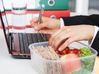 Φωτογραφία για «Δίαιτα του γραφείου»: Πώς θα χάσετε κιλά ακόμη και τις ώρες της δουλειάς;