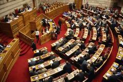 Βουλή: Πέρασαν οι τροπολογίες για την παράταση θητείας των επικουρικών και τα αναδρομικά στο «Παπαγεωργίου»