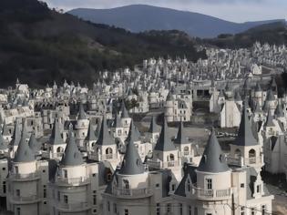 Φωτογραφία για «Σκοτεινό παραμύθι»: Δείτε το αλλόκοτο χωριό στην Τουρκία που στέκει έρημο λόγω κρίσης